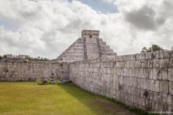 Pirámide de Kukulcán desde el campo de juego de pelota